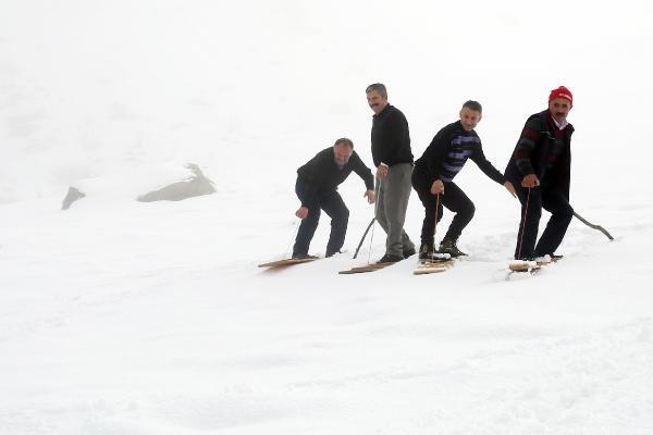 Kar yağdı, köylülerin tahtalı kayak eğlencesi başladı 1