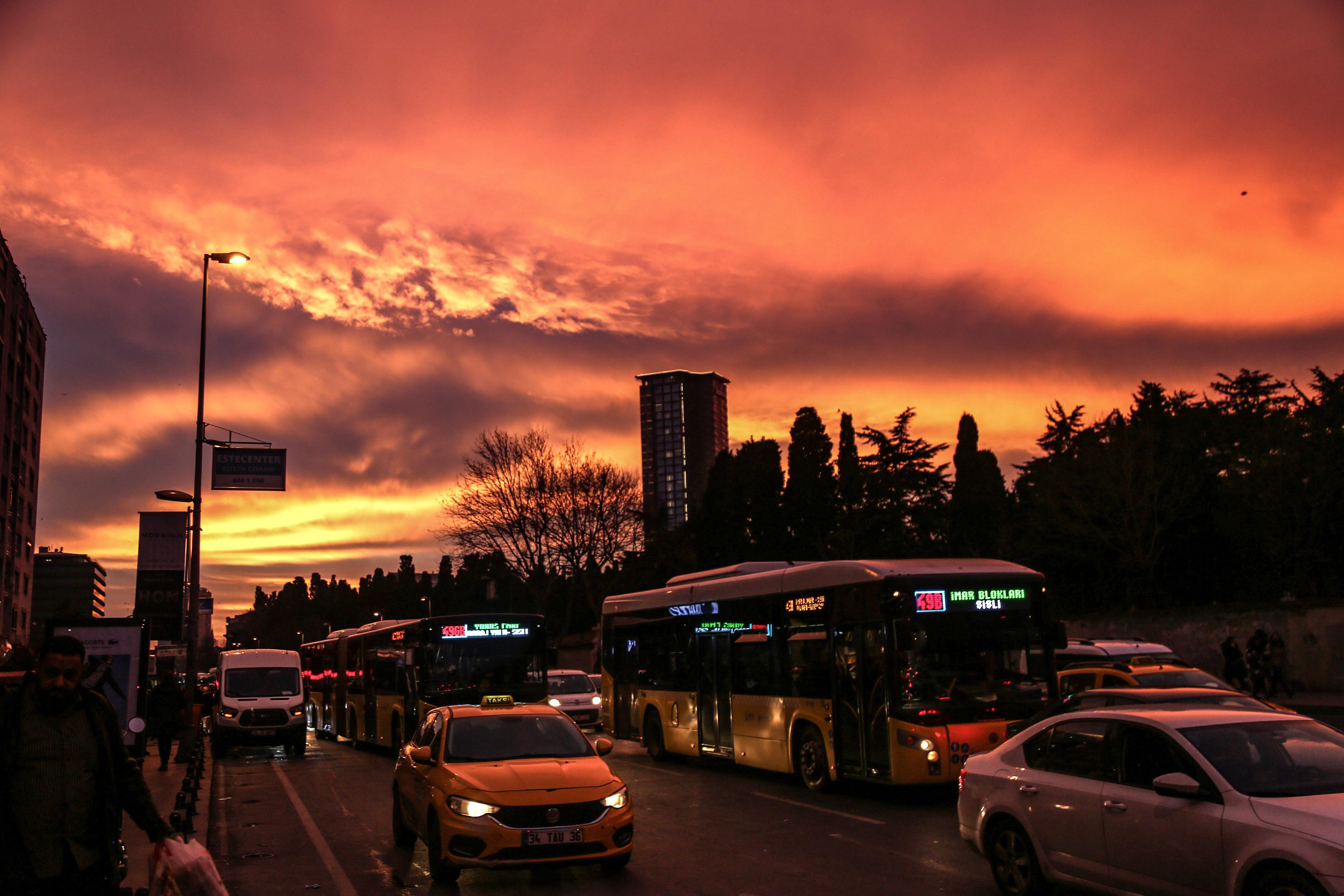 İstanbul'da gökyüzü kızıla boyandı 1
