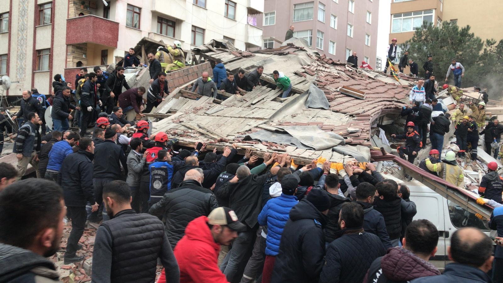 İstanbul'da çöken 7 katlı binadan kurtarma çalışmaları 1