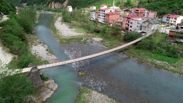 Ölümle burun buruna! Köylerine asma köprüden geçerek ulaşıyorlar 1