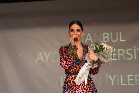İAÜ İletişim Ödülleri'nde ünlüler geçidi 1