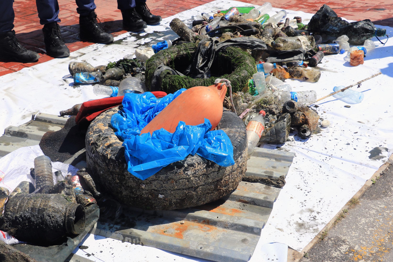 Denizden yarım saatte yarım ton atık çıkarıldı