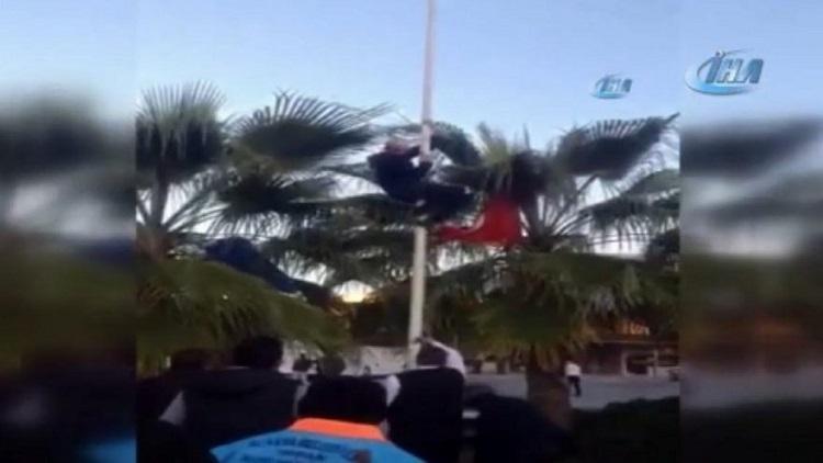 Türk bayrağını indirmek isteyince…