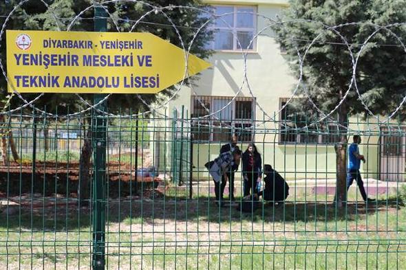 Diyarbakır'da okulda dehşet! Başına ateş edip yaralı halde sınıfları dolaştı…