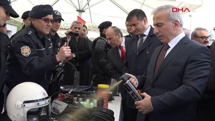 Kayseri Valisi, törende yanlışlıkla biber gazı sıktı!