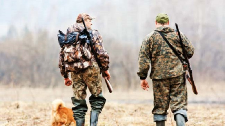 Evinin önünden geçen avcıları domuz zannederek vurdu