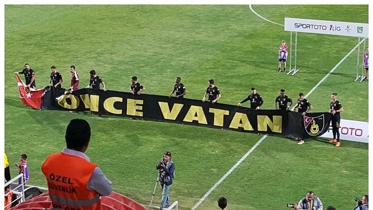 Her maça 'Önce Vatan' pankartı