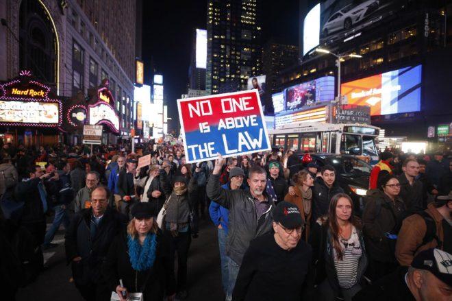 Trump'ın kararı sonrası ABD halkı sokağa döküldü