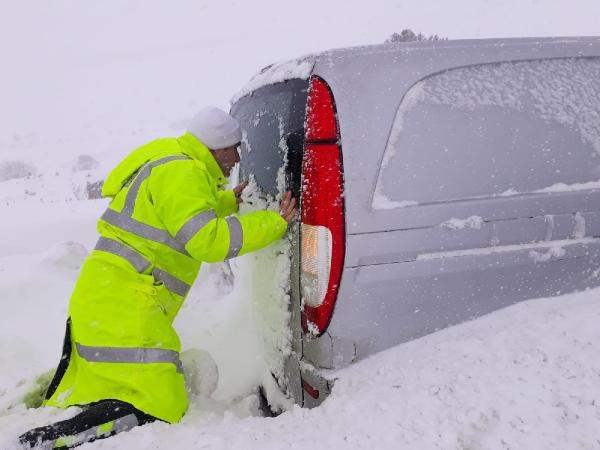 Polis, karla kaplanan araçların içlerini tek tek kontrol etti