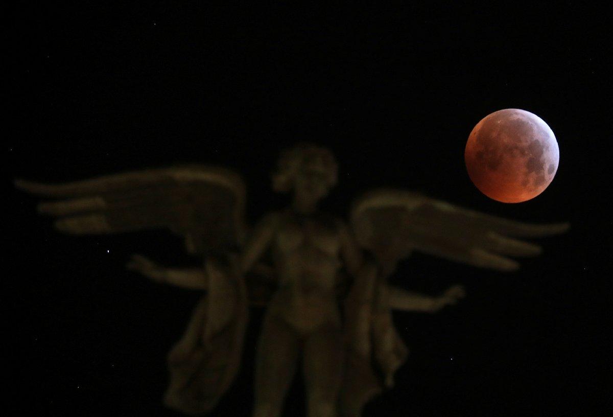 Dünya, 'Kanlı Ay Tutulması'nı izledi