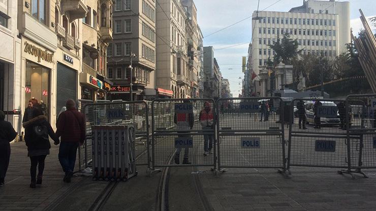 Taksim'de gergin anlar: HDP'liler oturma eylemine başladı