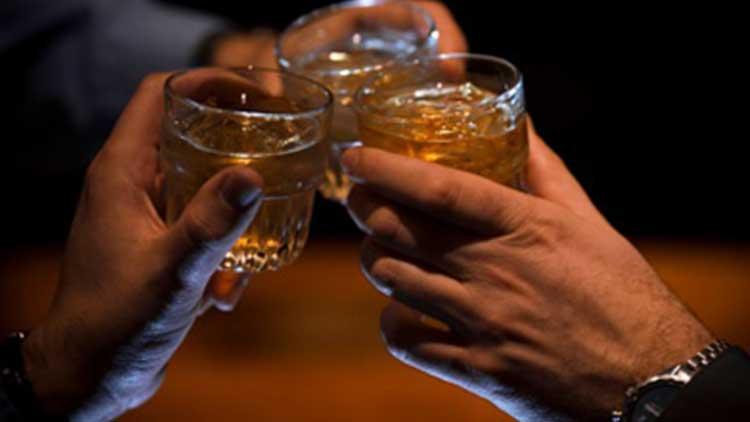 Hindistan'da sahte içkiden 100 kişi yaşamını yitirdi