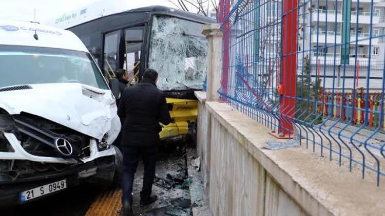 Diyarbakır'da belediye otobüsü ile servis minibüsü çarpıştı: 13 yaralı