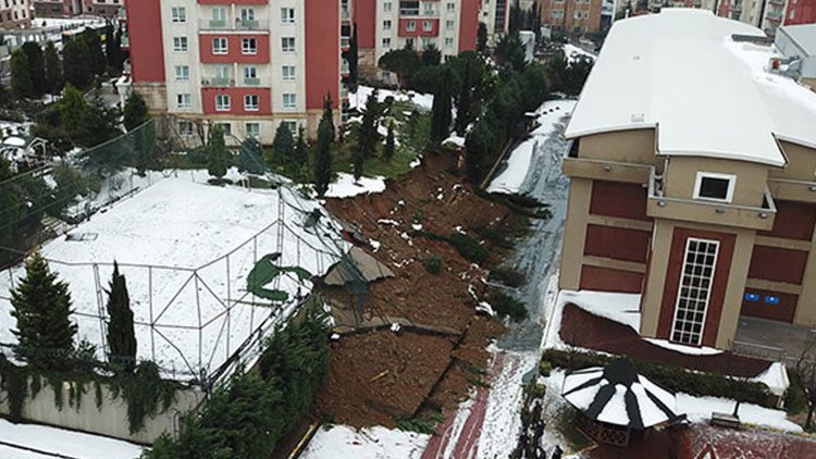 İstanbul'da bir okulun istinat duvarı çöktü!
