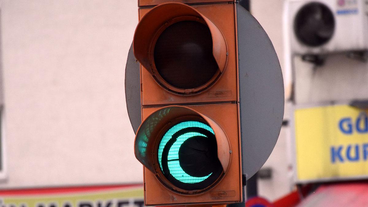 Trafik lambalarındaki yeşil ışıklar 'hilal' şeklini aldı