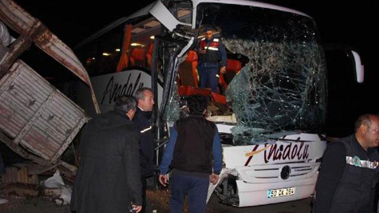 Manisa'da yolcu otobüsü ile TIR çarpıştı: 20 yaralı