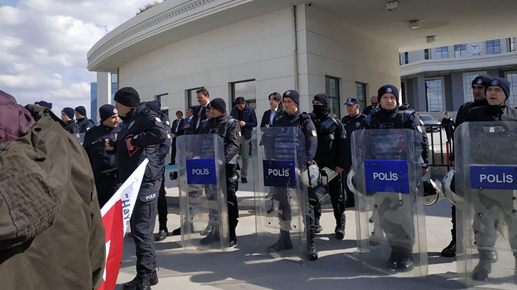 Bakanlıktan önce umut, sonra polis barikatı