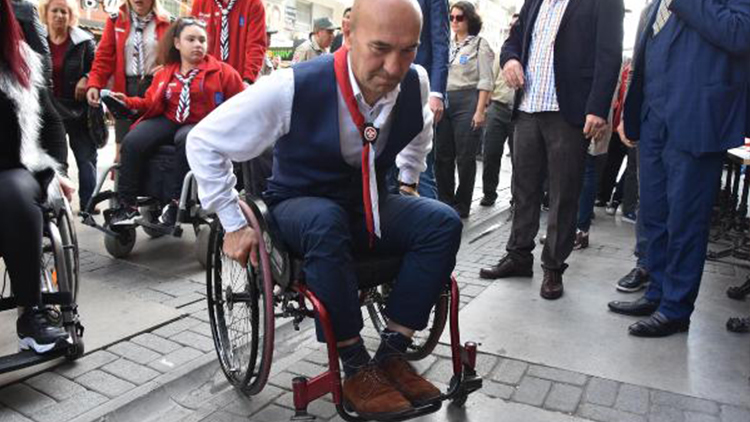 CHP'li Soyer, tekerlekli sandalyeyle gezdi