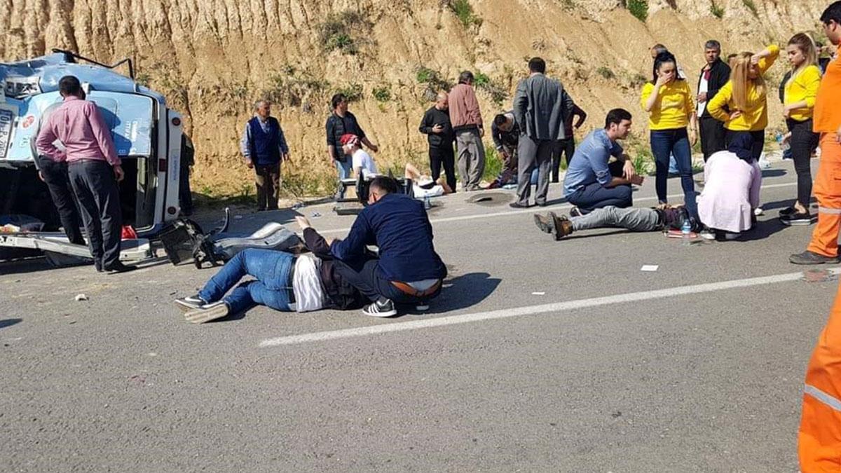 Adana'da seçim otobüsü devrildi: 15 yaralı