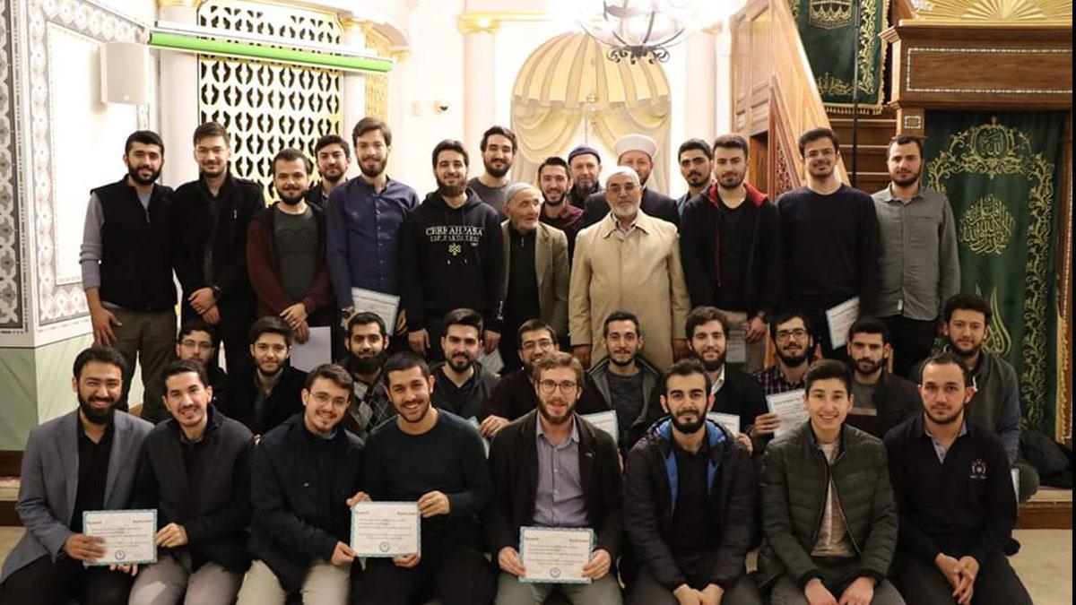 Cerrahpaşa öğrencileri, mezuniyet törenini camide yaptı