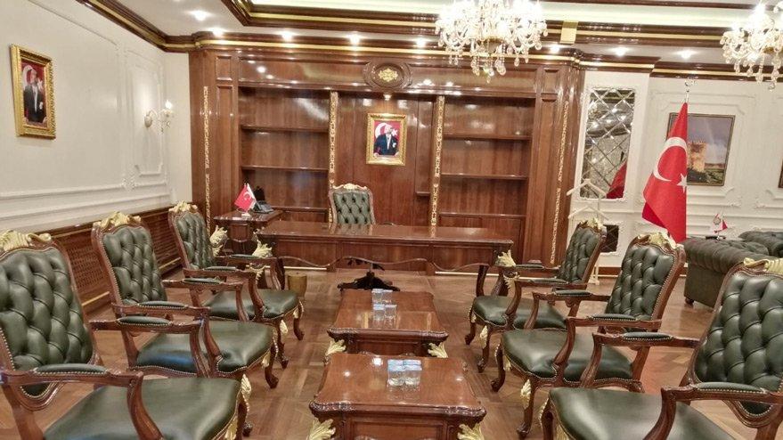 Kayyum olarak atanan başkanın saray gibi odası!