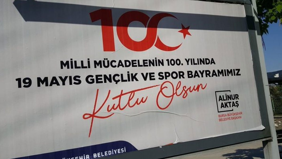 "Skandal afişe skandal savunma ""Taslak afiş""miş"