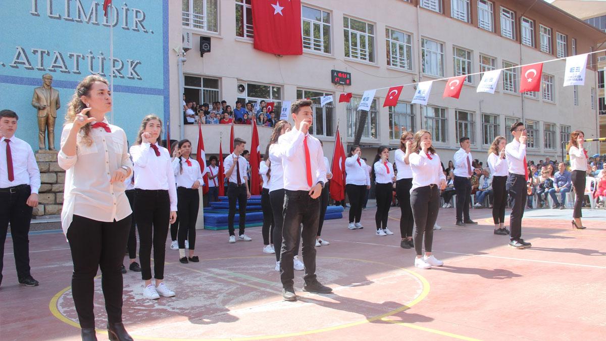 Gençler 19 Mayıs Marşı'nı işaret dili ile okudu