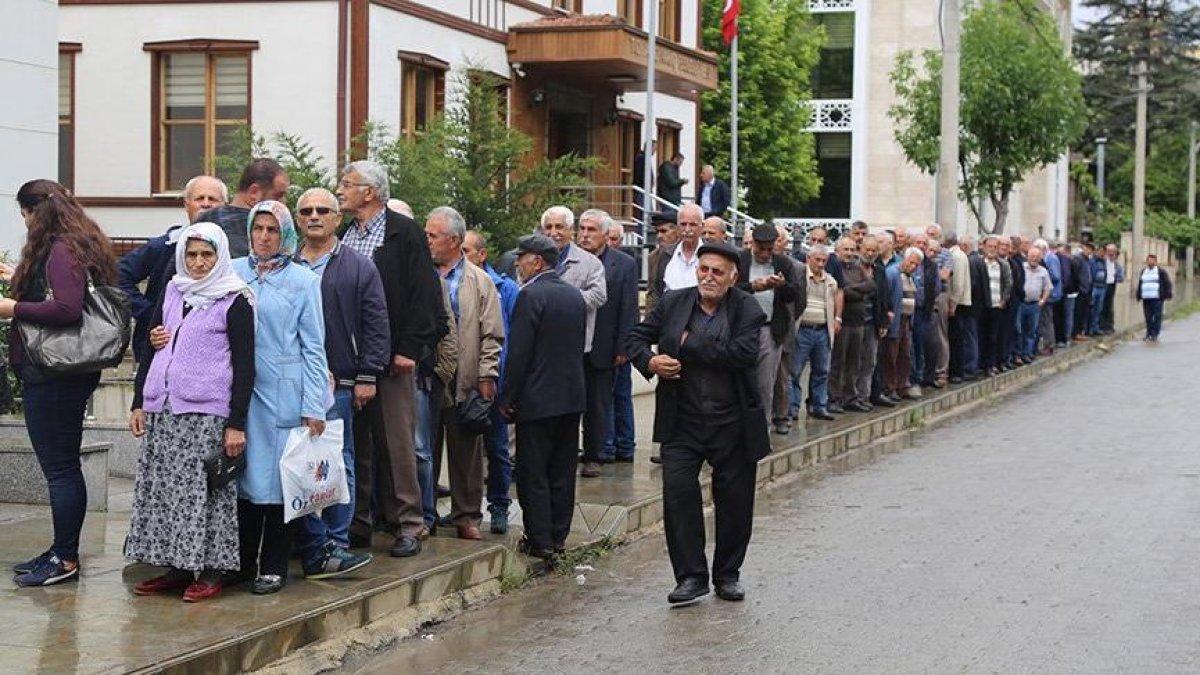 İmamoğlu'na destek için dakikalarca kuyrukta beklediler