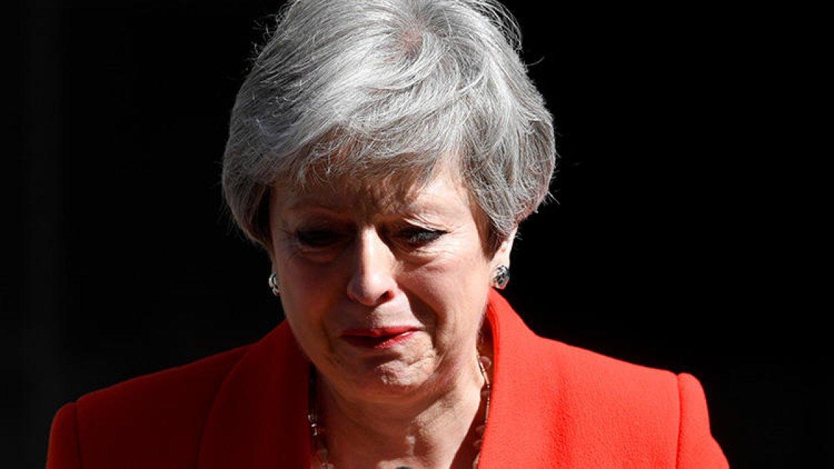 İngiltere Başbakanı gözyaşlarıyla istifasını açıkladı!