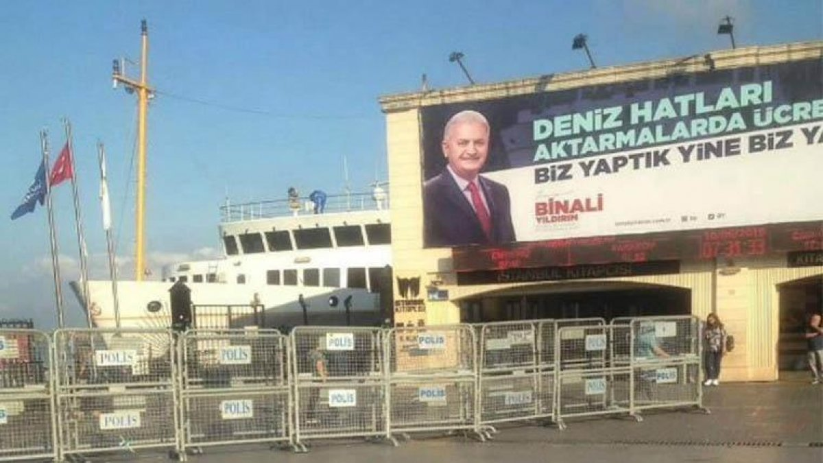 Barış Yarkadaş'tan afiş isyanı: Polis barikatı eşliğinde zorunlu bırakılıyor!