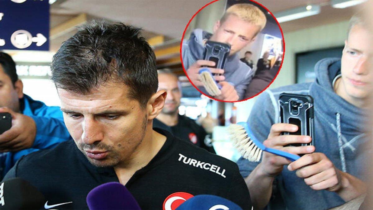 Emre Belözoğlu'na tuvalet fırçası uzatan kişi kim?