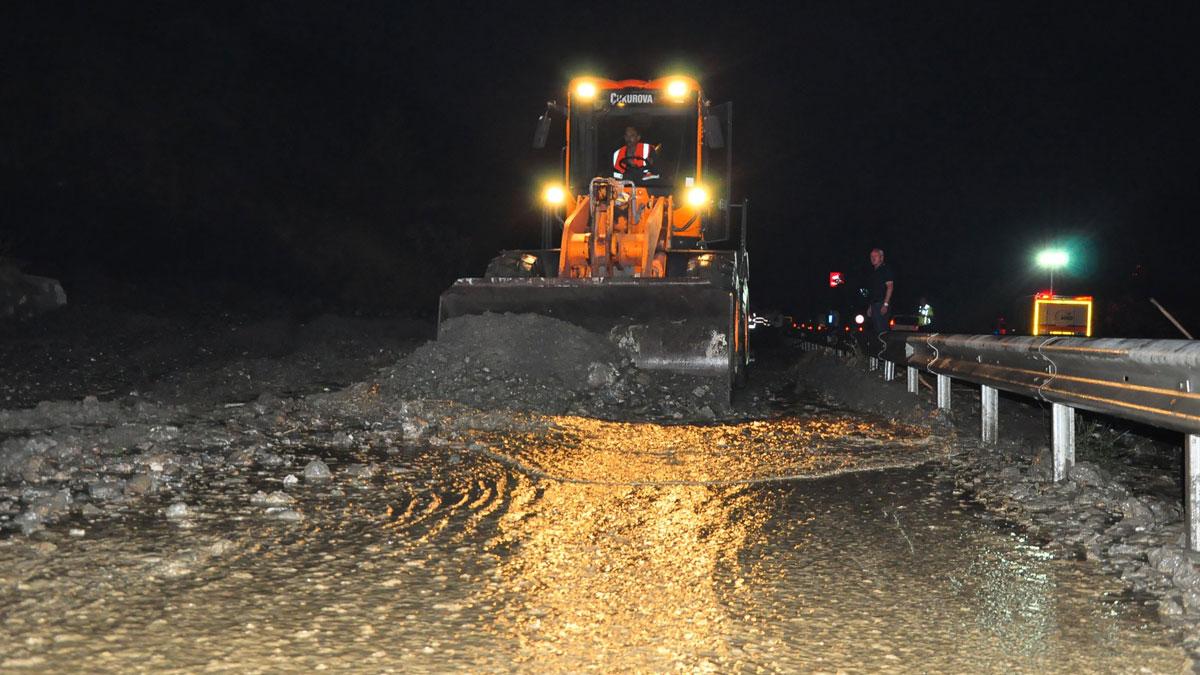 Manisa-İzmir karayolu heyelan nedeniyle ulaşıma kapanmıştı: Kontrollü olarak trafik akışı başladı