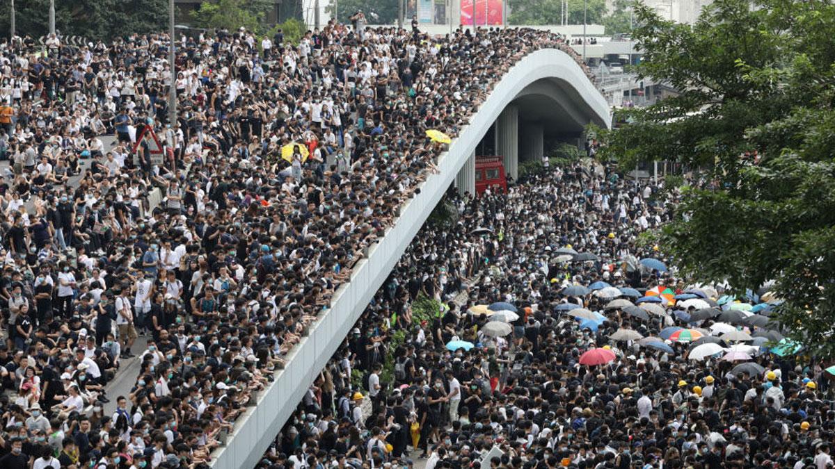 Hong Kong'da hükümet binaları kuşatıldı