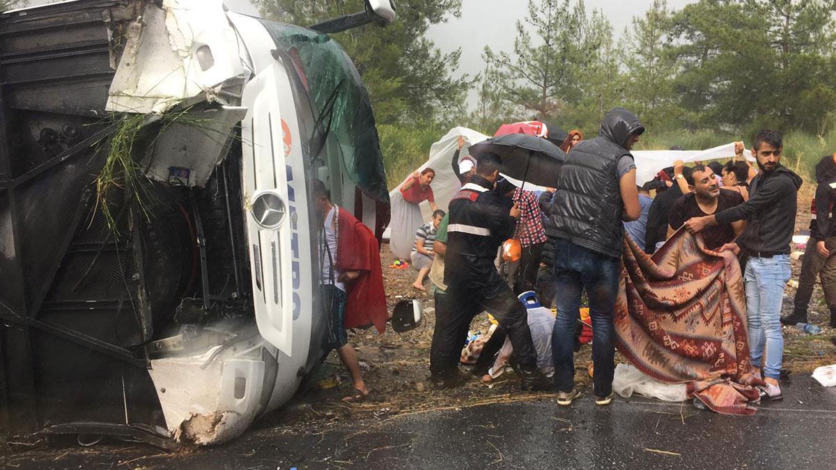 Antalya'da yolcu otobüsü devrildi: 4'ü ağır çok sayıda yaralı var