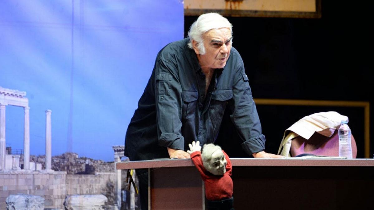 Ünlü tiyatrocu Enis Fosforoğlu hayatını kaybetti