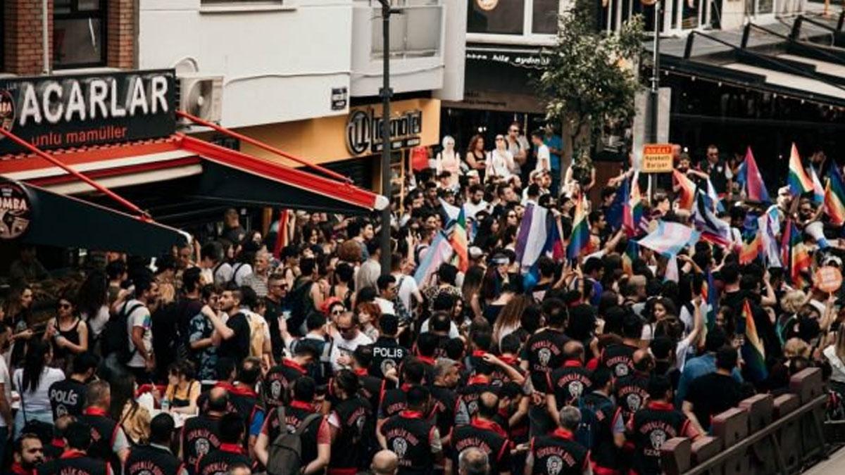 İzmir'de Onur Yürüyüşü'ne polis müdahalesi