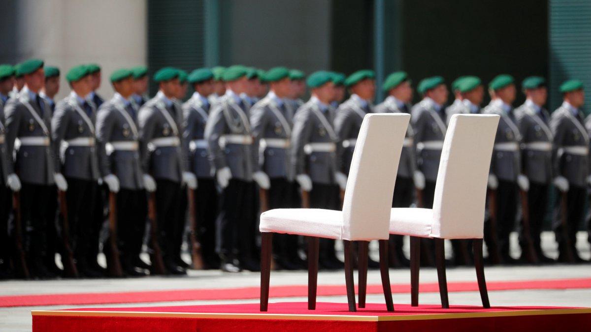 """Merkel'in titremesine """"sandalye""""li önlem!"""