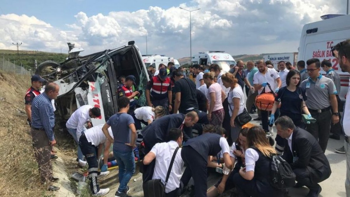 İstanbul'da midibüs devrildi! 34 yaralı