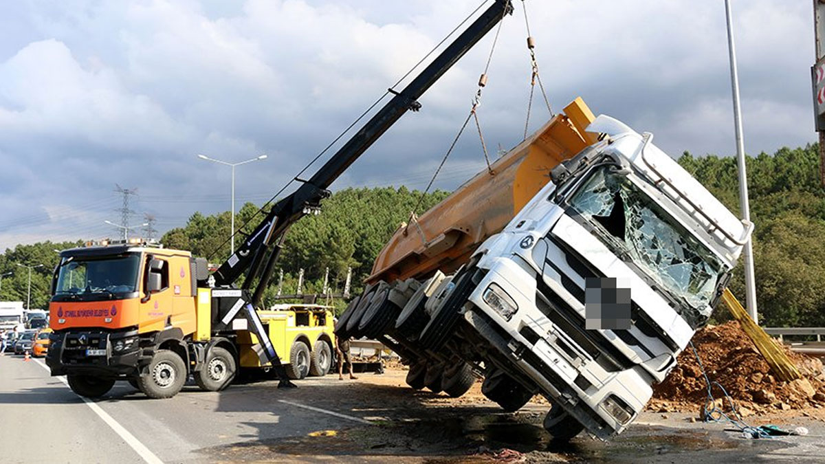 Kamyon devrildi, D-20 Karayolunda trafik kilitlendi