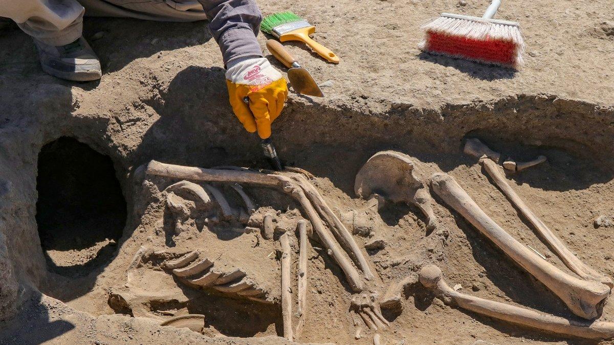 Kafatası olmayan 2 bin 700 yıllık iskelet araştırılıyor