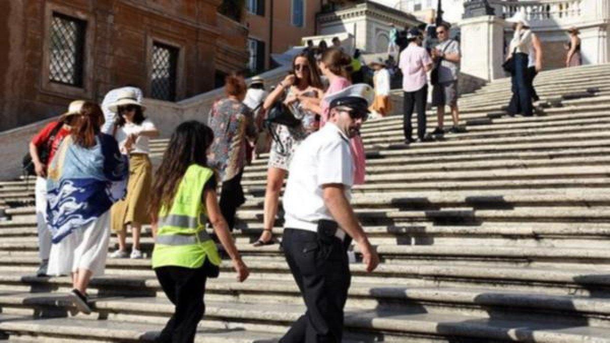 O ülkede merdivenlere oturmak yasaklandı!