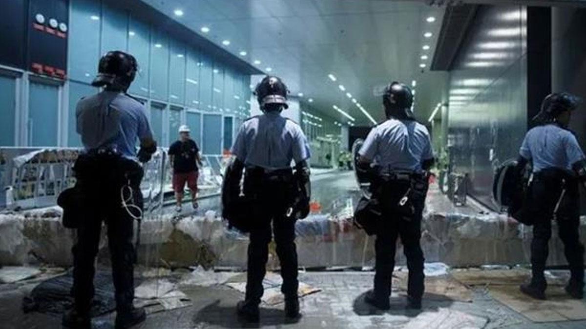 Hong Kong'da müdahale: Polis havalimanına girdi