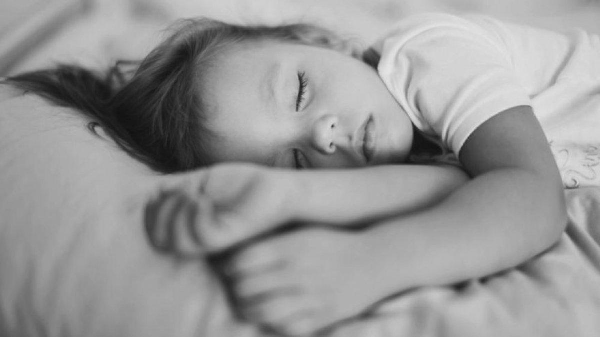 Anne-babalar dikkat! Okul stresi uyurgezerliğe neden oluyor...