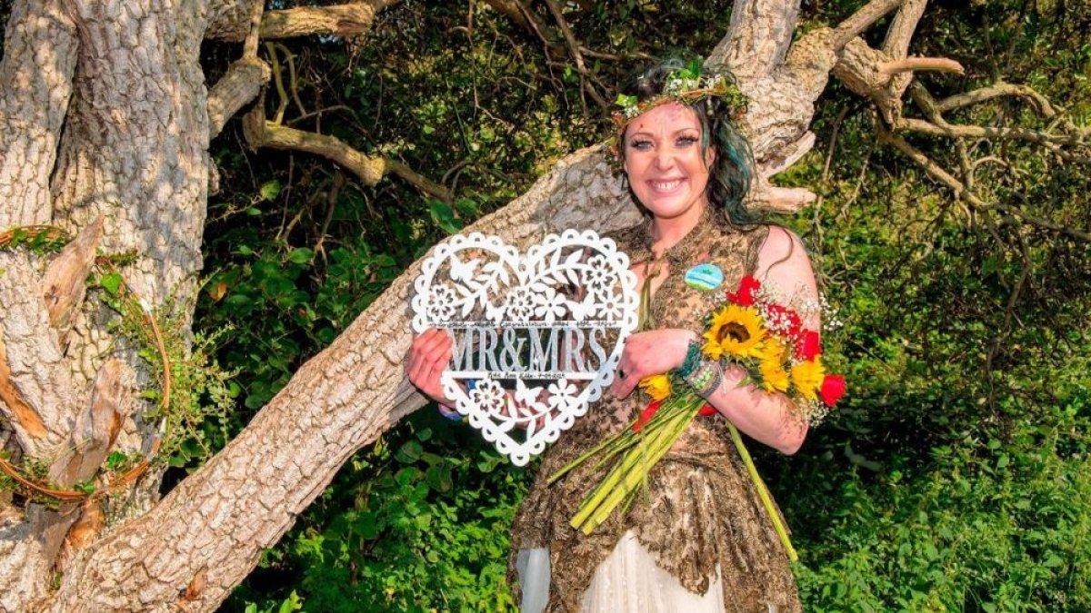 Ağaçla evlenen kadın, ağacın soyadını almak istiyor