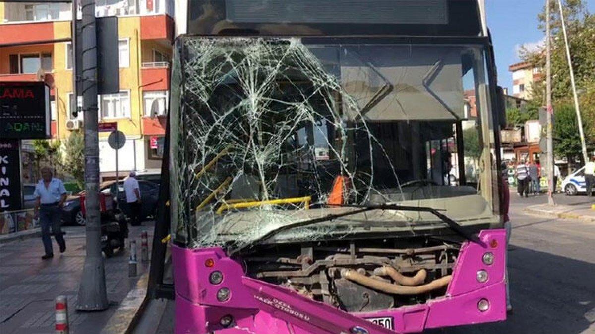 İstanbul'da korkutan kaza! İETT otobüsü park halindeki araçlara çarptı!