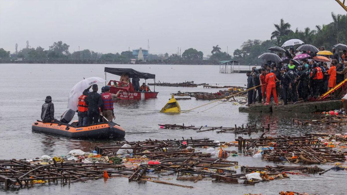 Hindistan'da turistik gezi teknesi battı: Çok sayıda ölü ve kayıp var
