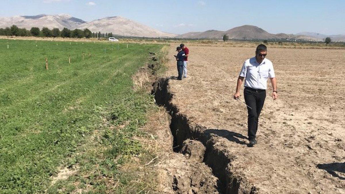 Tarım arazisindeki 1 kilometrelik yarık, köylüleri tedirgin etti