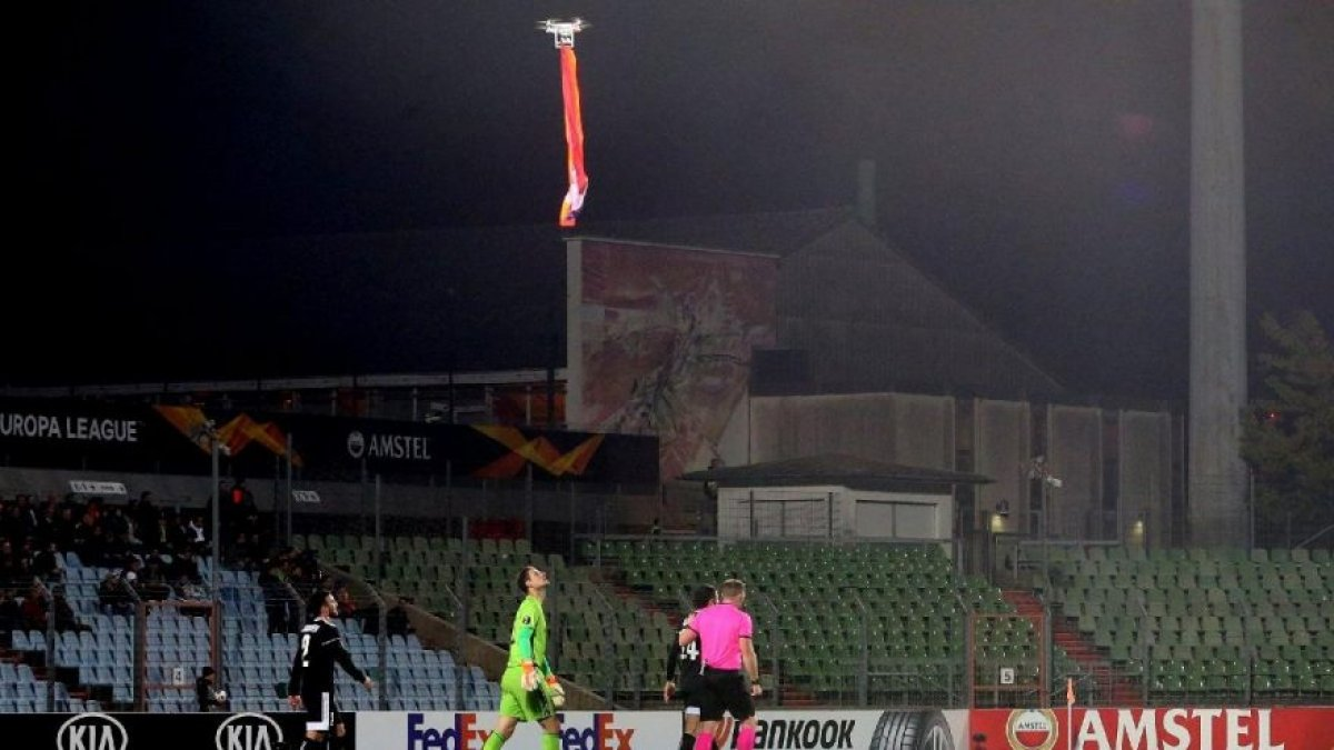 "UEFA maçında ""bayrak"" krizi! Sahaya dronla soktular..."
