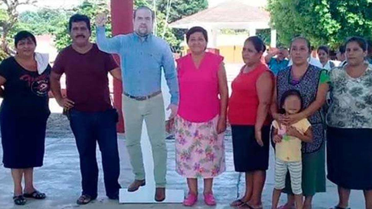 Meksika'da etkinliğe katılamayan belediye başkanı, karton maketini gönderdi