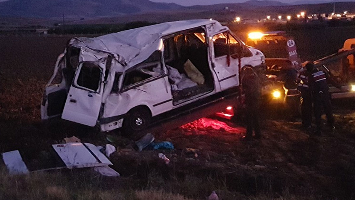 Niğde'de işçileri taşıyan minibüs takla attı: 4'ü ağır, 14 işçi yaralı